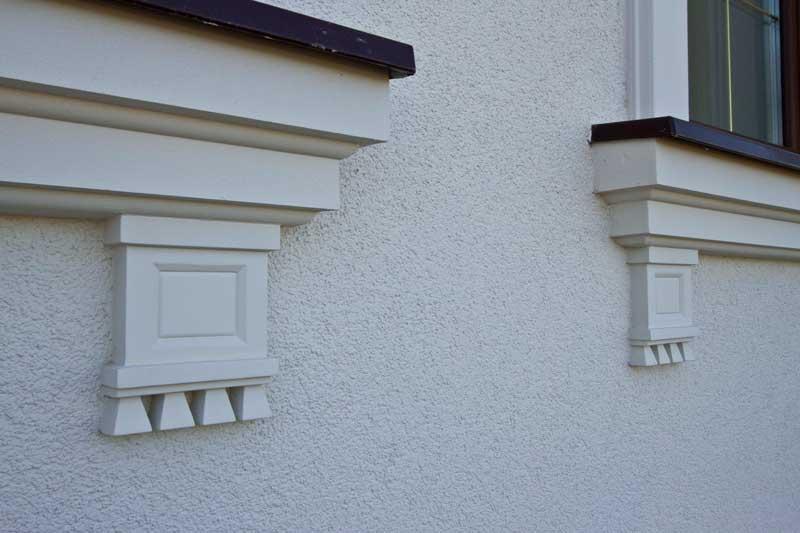 Декоративная розетка из полиуретана в дизайне окна