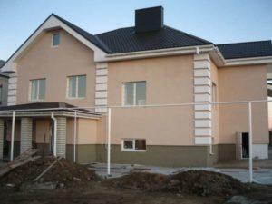Для декорирования фасадов строения используется пенополистирол