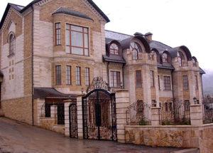 Доломитом облицован фасад и цоколь дома