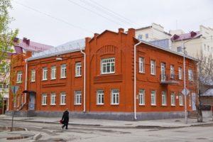 Двухэтажное кирпичное здание стиля модерн