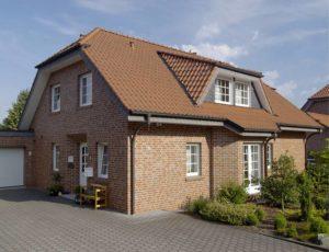 Фасад частного дома, облицованного кирпичом