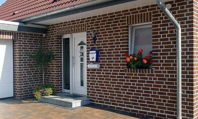 Фасад дома и двор, облицованные клинкером