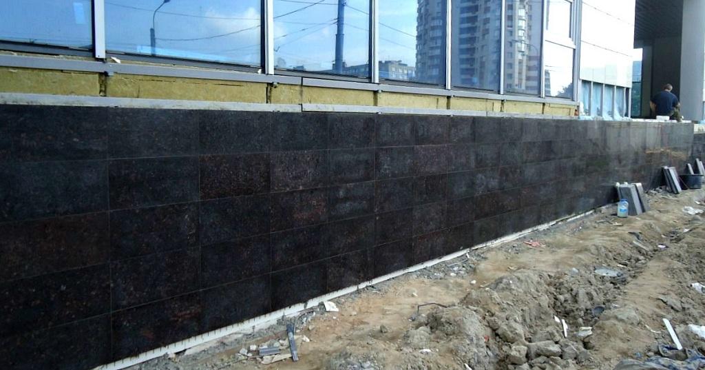 Фасад из полированного гранита