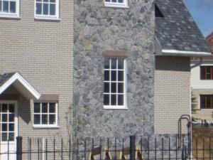 Фасад облицован черным сланцем