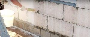 Грунтовка фасада дома перед нанесением штукатурки короед