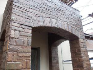 Качественная отделка фасадов и цоколя дома природным камнем значительно продлевает срок службы зданий