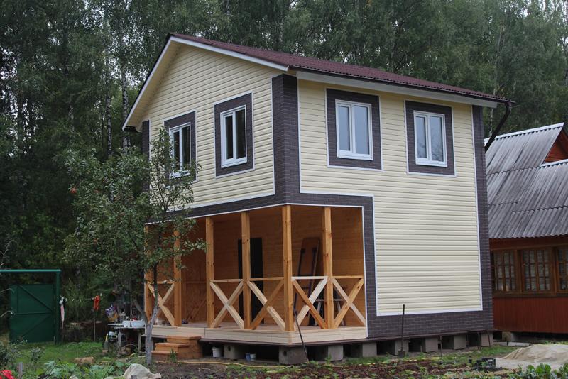 Небольшой дом, отделанный сайдингом