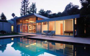 Одноэтажный современный дом со стеклянным фасадом
