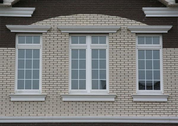 Оформление окон на фасаде дома