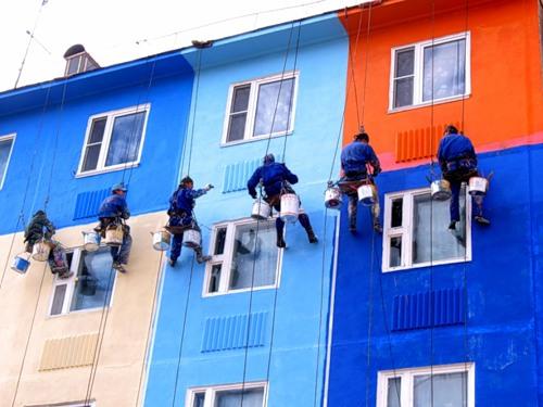 Покраска фасада здания в разные цвета