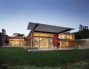 Прекрасный стеклянный фасад загородного дома