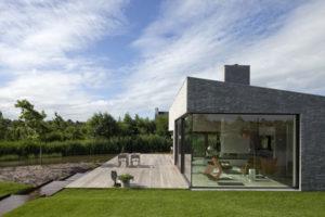 Северный дом со стеклянным фасадом