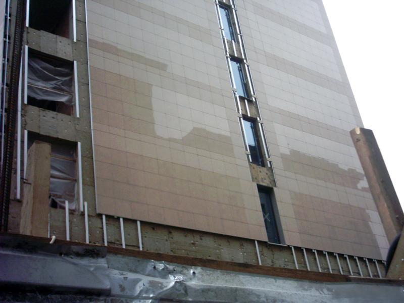 Смонтированная на стену керамогранитная плитка