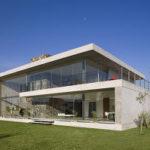 Аскетичный фасад с панорамным остеклением