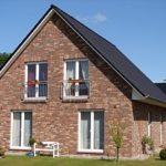 Частный дом с фасадом, имеющим двухскатную крышу