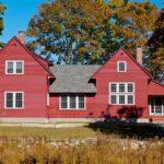 Частный дом с оригинальным фасадом в бордовом цвет