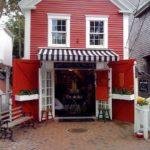 Деревянный дом с красным фасадом