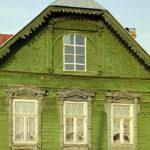 Деревянный дом с зеленым фасадом
