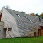 Деревянный фасад необычного дома