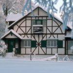 Дом, имеющий фасад с маленькими окнами