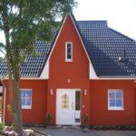 Дом с бордовым фасадом
