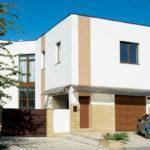 Дом с фасадом, который имеет плоскую крышу