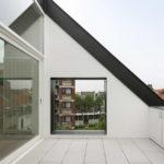Дом с фасадом с квадратными окнами