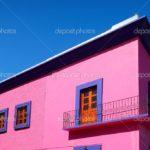 Дом с фасадом в розовом цвете