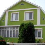 Дом с фасадом в зеленом цвете