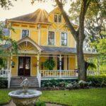 Дом с фасадом желтого цвета