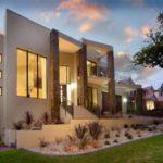 Дом с коричневым фасадом