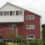 Дом с красивым бордовым фасадом