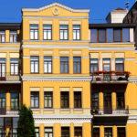 Дом с красивым желтым фасадом