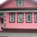 Дом с розовым фасадом