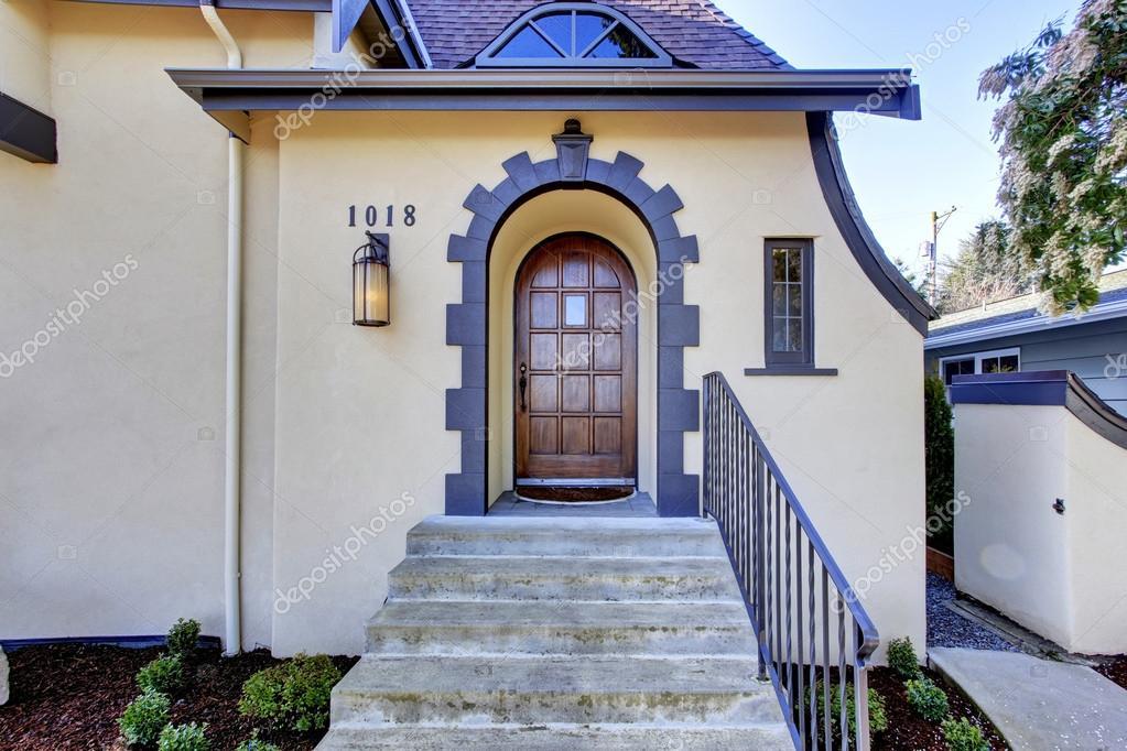 Фасад частного дома с лестницей