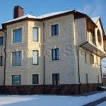 Фасад дома бежевого цвета