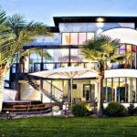 Фасад дома из трех этажей с привлекательным дизайном