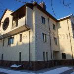 Фасад дома облицован бежевого цвета