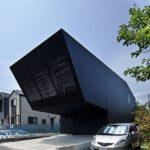 Фасад дома, оформленный с помощью черныз панелей