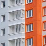 Фасад дома с орнажевыми панелями
