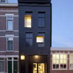 Фасад дома, созданный при помощтю панелей черного цвета