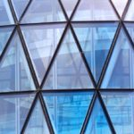 Фасад офисного здания с оригинальными треугольными окнами