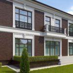 Фасад оформленный с квадратными окнами