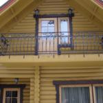 Фасад с кованым практичным балконом