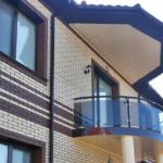 Фасад с применением небольшого балкона