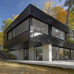 Фасад, выполенный в насыщенном черном цвете