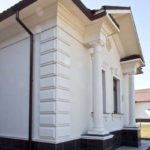 Фасад, выполненный в белом цвете