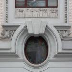 Фасад здания с современными кругыми окнами