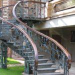 Изящная винтовая лестница для фасада