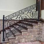 Как оформить современный фасад с лестницей